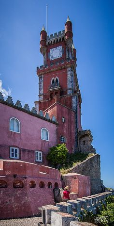 Palacio Nacional da Pena (XV et Sintra, Portugal. Sintra Portugal, Spain And Portugal, Algarve, Places Around The World, Around The Worlds, Beautiful World, Beautiful Places, Famous Castles, Pink Houses