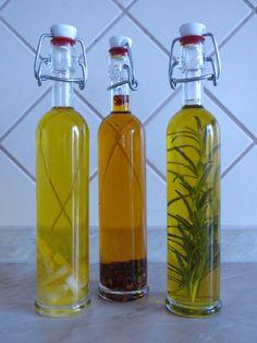 mé domácí ochucené olivové oleje - česnek, chilli, rozmarýn