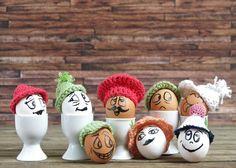 So, hier ist nun meine erste Anleitung für einfache Häkelmützen. Damit es an Ostern etwas bunter wird bekommen bei uns die Eier Mützchen auf. Das hält gekochte Eier länger warm und sieht obendrein noch witzig aus.