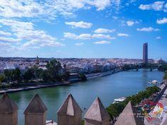 La vista al Río Guadalquivir desde la Torre del Oro. Sevilla, Andalucía, España.