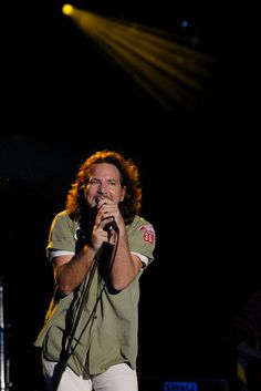 Eddie Vedder Photos - Eddie Vedder of Pearl Jam performs at the 2008 Bonnaroo Music and Arts Festival on June 14, 2008 in Manchester, Tennessee. - 2008 Bonnaroo Music And Arts Festival - Day 3