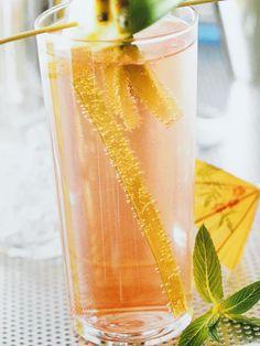 Recept - Singapore Sling - Deze cocktail is fruitig en fris, perfect voor een zomerse avond. Deze versie is aangelengd met spa rood om een frisse cocktail te maken..