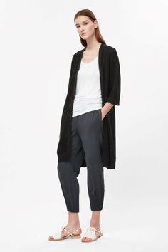 An open front design, this long cardigan is made from pure linen in a loose knit. A relaxed fit, it is completed with dropped shoulder sleeves and ribbed edges.