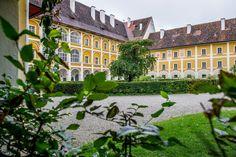Das Schloss Stainz bietet eine besondere Hochzeitslocation und viele Orte für tolle Fotos. Style At Home, Modern, Inspiration, Mansions, House Styles, Home Decor, Wedding Photography, Rustic, Places