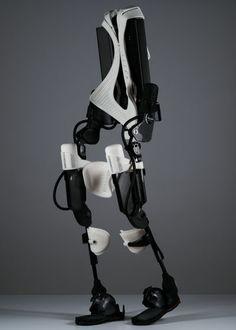 3Dプリンタで作られた世界初のロボット型歩行支援機で下半身不随の人が歩行可能に - GIGAZINE