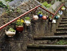 gartendeko-basteln-blumentöpfe-neben-die-treppen-aufhängen - interessantes beispiel - 30 kreative Ideen für selbstgemachte Gartendeko