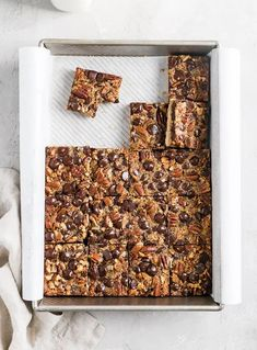 Chocolate Pecan Pie Cookie Bars | Brown Butter Blondie | Classic pecan pie meets chewy, chocolatey cookie with these easy and delicious cookie bars. These positively irresistible chocolate pecan pie cookie bars have a buttery shortbread crust and a sweet, pecan pie topping loaded with dark chocolate chips. Dusted with a sprinkle of Truvia® Confectioner's Sweetener, these one pan bars make the perfect treat for your holiday dessert buffet! Chocolate Toffee, Chocolate Chunk Cookies, Dark Chocolate Chips, Decadent Chocolate, Delicious Chocolate, Pecan Pie Cookies, Cookie Pie, Cookie Bars, Cheesecake Cookies