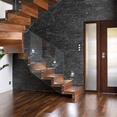 NOWOCZESNE SCHODY DYWANOWE Z SZKLANĄ BALUSTRADĄ : Escaleras de BRODA schody-dywanowe