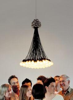 """LAMPA 85 ŻARÓWEK  Projektant:Rody Graumans  Firma:Droog  Kultowe już """"85 żarówek """". Bogaty kandelabr, który wykorzystuje tylko to co konieczne. """"Mniej"""" i """"więcej"""" artystycznie połączone w jednym produkcie. Żarówki o mocy 7W/15W.    70(średnica)x110cm  Cena: 10 312,00 zł"""