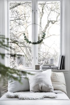 my scandinavian home: Subtle Seasonal Touches in a Beautiful Swedish Space - hygge Home Decor Hygge, Decor Scandinavian, Scandinavian Interior Design, Decoration Table, Decoration Bedroom, Christmas Bedroom Decorations, Swedish House, Cozy House, Home Design
