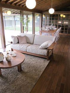 アーコール・ウィンザーチェアのモカグレー色とウォールナット無垢材を使用した家具でコーディネートしたリビングダイニング空間をご紹介 Japanese Living Rooms, Small Living Rooms, Home Living Room, Living Room Furniture, Design A Space, Sofa Design, House Design, Wooden Sofa Set, Wood Sofa