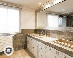 Uno de los baños de este chalet independiente situado en Conde Orgaz, Madrid. Cuenta con doble lavabo de mármol, mobiliario para almacenaje y gran espejo presidencial. http://www.gilmar.es/FichaUnifamiliar.aspx?id=81665&moneda=e