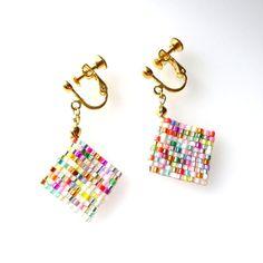 ビーズ織りのイヤリングです。100%国産のデリカビーズを使って織っています。人気のカラフルマーブルで作らせて頂きました。マーブルはビーズの混ぜ方で、毎回、色の...|ハンドメイド、手作り、手仕事品の通販・販売・購入ならCreema。 Seed Bead Jewelry, Seed Bead Earrings, Resin Jewelry, Beaded Earrings, Square Earrings, Diy Hair Accessories, Knitting Accessories, Handmade Accessories, Diy Jewelry Projects