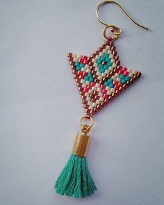 Antique Jewellery Designs, Antique Jewelry, Jewelry Design, Triangle Earrings, Peyote Patterns, Beading Patterns, Bead Crafts, Jewelry Crafts, Groomsmen