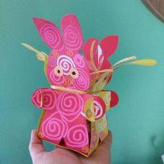 Petit Testeur est rentré de l'école avec ce panier de Pâques en version boîte en lapin. Comme vous avez été très nombreux à liker sa réalisation, en voilà le patron que vous pourrez imprimer au travers de ce nouveau DIY & Activités Manuelles pour enfants. Âge : Maternelle Matériel pour réaliser le « panier de Pâques en version boîte en …