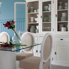 Detalhes de uma sala de jantar impecável decorada com o estilo clássico e romântico ao mesmo tempo!