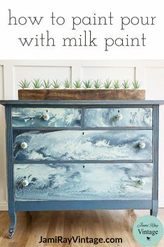 How To Paint Pour With Milk Paint Wie man Gießen mit Milchfarbe malt Refurbished Furniture, Farmhouse Furniture, Repurposed Furniture, Shabby Chic Furniture, Furniture Makeover, Vintage Furniture, Modern Furniture, Diy Furniture Upcycle, Primitive Furniture
