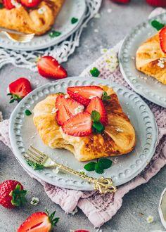 Vegan Danish pastry with Vanilla Custard and Strawberries Pastry Recipes, Dessert Recipes, Easy Homemade Desserts, Gluten Free Brands, Croissant Recipe, Puff Pastry Dough, Fruit Jam, Vanilla Custard, Cashew Butter