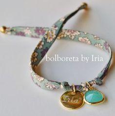 Bolboreta by Iria (complementos): Pulsera de tela liberty con ágatha y chapa personalizada Fabric Bracelets, Jewelry Bracelets, Jewelery, Ribbon Jewelry, Beaded Jewelry, Handmade Jewelry, Textile Jewelry, Fabric Jewelry, Bracelet Crafts