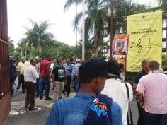 Manifestantes abren a la fuerza puerta de la UASD