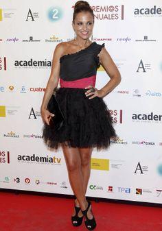 Little black dress asimetrico con falda de tul y cintura rosa fluor