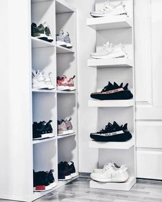 About how many sneakers do you have? 📦👟 #snobshots #dailystreetlooks #introfashion #hypebeastkicks #outfitsociety #povoutfit #blvckxculture #outfitplace #blkvis #hypebeaststyle #outfitfromabove #simplefits #pauseshots #bestfitsdaily #outfittoss #bestofstreetwear #hypedstreets #backtominimal #hsstyle #basedofhype #SundayFunday #WeekendVibes #SundayBrunch