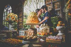 Mesa do bolo de casamento rústico com decoração amarela