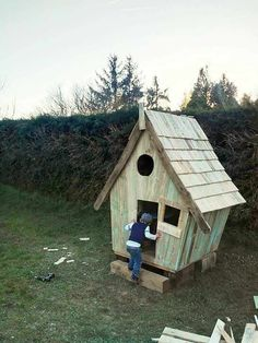 Cabane Enfants Façon Tim Burton / Fairy Tale Kids Pallet Hut From 11 Pallets Fun Pallet Crafts for KidsPallet Sheds, Pallet Cabins, Pallet Huts & Pallet Playhouses
