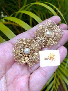 Crochet Jewellery, Pearl Earrings, Jewelry Making, Pearls, Calypso Music, Wire, Beading, Stud Earrings, Dots