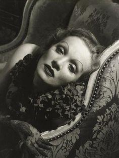 Edward Steichen: In High Fashion. Beroemd schilder en fotograaf Edward Steichen (1879 - 1973) kreeg in 1923 de functie van zijn leven aangeboden: hoofdfotograaf van uitgeverij Condé Nast. Gedurende vijftien jaar schoot Steichen de meest prachtige modefoto's en indrukwekkende portretten en kreeg hij onder andere Marlene Dietrich, Walt Disney en Winston Churchill voor zijn lens. Marlene Dietrich stelt tweehonderd van zijn unieke vintage foto's tentoon die voor het eerst in Nederland te zien…