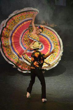 Stunning Turning Folklorico Dancers: