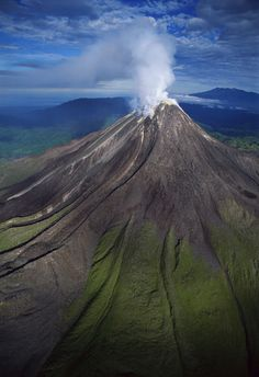 En Papua Nueva Guinea tienen un gigantesco volcán que frecuentemente origina ríos de lava. El Bagana mantiene desde hace años un juego pasivo-agresivo que lo ha hecho célebre en todo el mundo.
