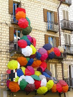 Escultura feta amb paraigües de colors