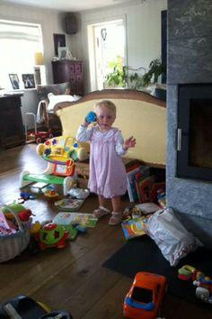 Emilie har leke telefon. Var der på fredagen. Hun hadde blitt så stor jente. Vi elsker deg jenta vår.