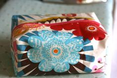 Oilcloth box bag tutorial One Shabby Chick Fabric Crafts, Sewing Crafts, Sewing Projects, Diy Projects, Cotton Box, Laminated Fabric, Box Bag, Fabric Bags, Sewing Tutorials