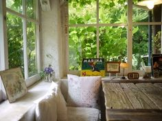 窓の外に広がる緑とおしゃれな小物や絵本に囲まれて、名前の通り「のほほん」とした時間を過ごせそう。