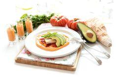 Que rico se puede comer con ingredientes sencillos. Te proponemos una ensalada de salmorejo, ventresca y pimientos de lo más fácil.