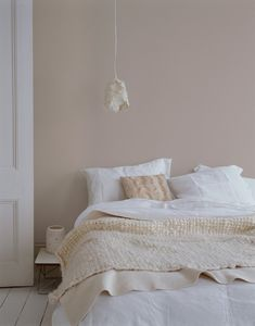 ALTROSA as a wall paint brings comfort. # COLOR # wall color # interior sleep ideen farben altrosa grau ALTROSA as a wall paint brings comfort. # COLOR # wall color # interior … … sleep - home decorasyon Warm Bedroom Colors, Bedroom Wall Colour Ideas, Beige Walls Bedroom, Pastel Bedroom, Soothing Colors, Soft Colors, Home Bedroom, Bedroom Decor, Bedroom Ideas