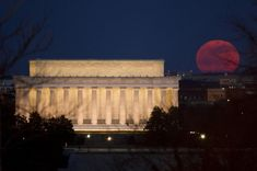 Picture of a supermoon behind the Lincoln memorial