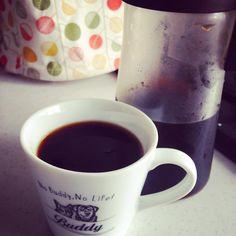 水出しコーヒー用ポットを衝動買い。  水出しコーヒーって名前は聞いてたけど、専用豆を使うのかと思ってました。いつものコーヒーを一晩水に浸ければ出来ちゃうんですね。普通に淹れたコーヒーを冷蔵庫で冷やしたものとは全然違う味。美味しいアイスコーヒーが出来て嬉しい♪