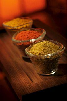 Se há um denominador comum em todas as receitas da culinária indiana com certeza é o uso criativo de ervas e especiarias. Os chefs indianos usam uma variedade de temperos para dar aroma, cor e sabor a praticamente todos os pratos. Os resultados são sempre picantes, mas não necessariamente apimentados, porém inconfundivelmente indianos. Nas famílias indianas, a comida não é tratada simplesmente como um alimento para o corpo. Eles acreditam que a comida que o homem come e seu universo devem…
