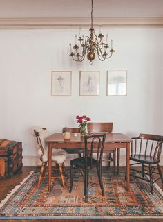 Get The Look: Vintage Farmhouse Chic Dining Room - design-vox Mismatched Dining Chairs, Vintage Dining Chairs, Dinning Chairs, Eclectic Dining Chairs, Dining Table Rug, Mixed Dining Chairs, Eclectic Living Room, Vintage Table, Dining Area