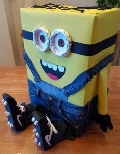 Deze Voetbal Minion is een surprise gemaakt van een doos, gekleurd papier, aluminiumfolie, wol en een oude spijkerbroek. Ik heb veel met dubbelzijdig plakband vast gemaakt en het blijft goed zitten. Leuk alternatief als je geen voetbal of voetbalveld wil maken!