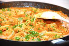 Her får du en nem og hurtig opskrift på kyllingepande, der laves med kyllingebryst, pasta, hakkede tomater og lidt fløde. En god hverdagsret. En hurtig kyllingepande, der blandt andet indeholder pasta, tomat og en lækker og