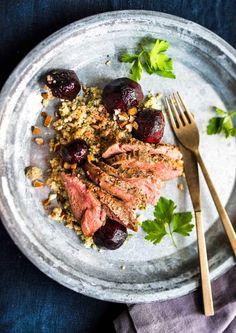Karitsan paahtopaistit, uunipunajuuret ja mantelikvinoaa