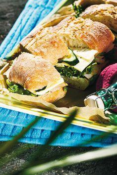 Piknikki-ciabatta     Ainekset6 annosta  1 (noin 300 g)Pirkka ciabatta (esipaistettu)  3 rkl Pirkka Kevyt Italian yrtit -tuorejuustoa  1 ruukku jääsalaattia huuhdottuna ja valutettuna  6 viipalettaPirkka saunapalvikinkkua  1 pieni maustekurkku  8 viipalettaPirkka Saariston kermajuustoa  pala (noin 80 g)kurkkua  3 rkl Pirkka mangochutneya