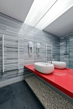 design salle de bains grise avec plan vasque rouge