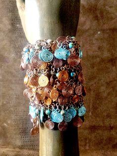 Bracelet en fil d'aluminium cuivré et bleu et lacet cuir cuivré ,ethnique,tribal,médiéval,celtique,bohème,féérique,hippie,cote de maille de la boutique feefactory sur Etsy