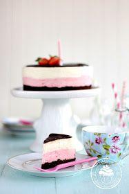 Ihana hyydykekakku vadelmamoussella ja vaniljamoussella. Päällä suklaaganache. Raspberry-vanilla cake with chocolate ganache.
