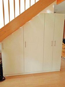 Schrank unter der Treppe für die optimale Nutzung des vorhandenen Platzes. Geplant auf schrankwerk.de. #möbel #treppe #dachschräge #schrank